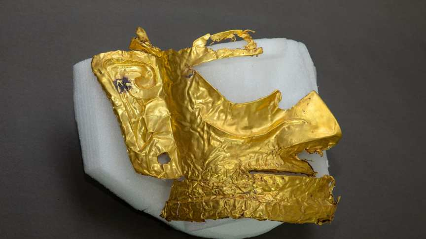 Máscara de ouro de cerca de 3 mil anos é encontrada em sítio arqueológico