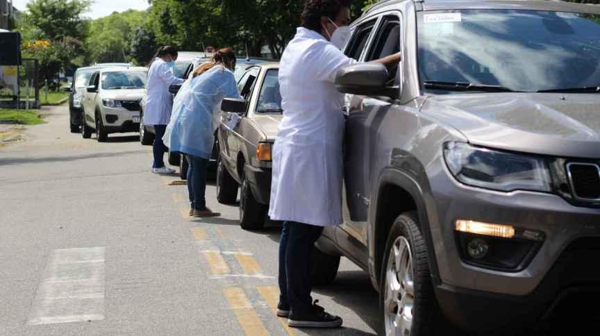 Idosos são vacinados em posto Drive Thru