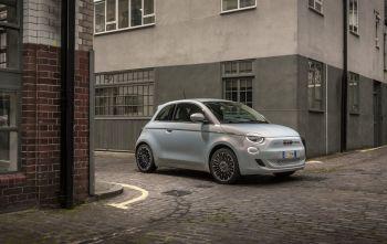 Ainda não há previsão de quando o Fiat New 500 será comercializado no Brasil, nem se o programa e-Mobility estará disponível por aqui
