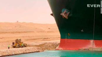 Embarcação Ever Given, de 200 mil toneladas, foi atingido por fortes rajadas de vento e encalhou; mais de 50 navios passam pelo canal diariamente