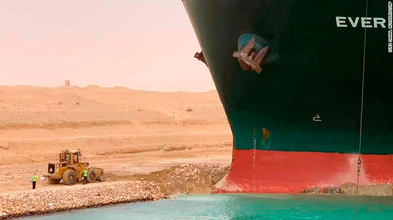 Um navio está encalhado no canal de Suez desde terça-feira (23); o acidente provocou fila de navios que aguardam para atravessar o canal