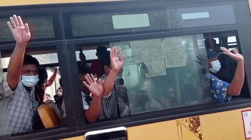 Dentro de ônibus, pessoas acenam ao deixar prisão em Mianmar; ativistas falam em centenas de pessoas soltas