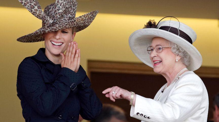 Zara Tindall, filha da princesa Anne, ao lado da avó, a Rainha Elizabeth II