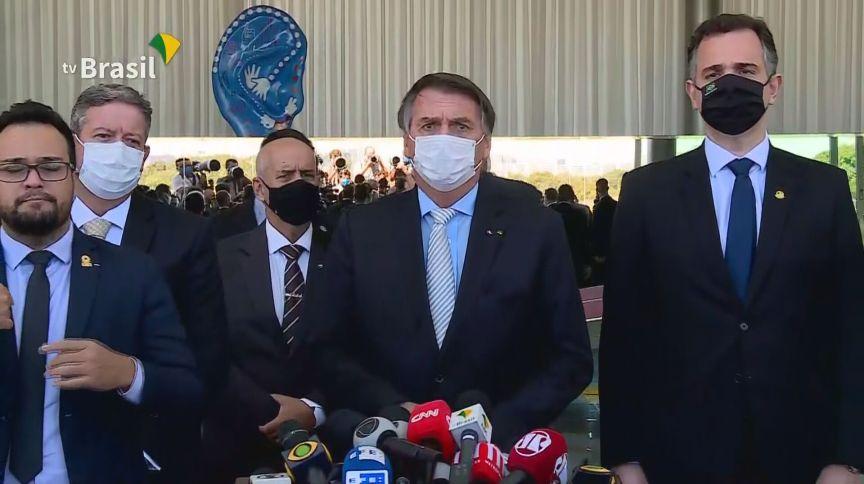O presidente Jair Bolsonaro fala após reunião com chefes de Poderes que definiu a criação do comitê