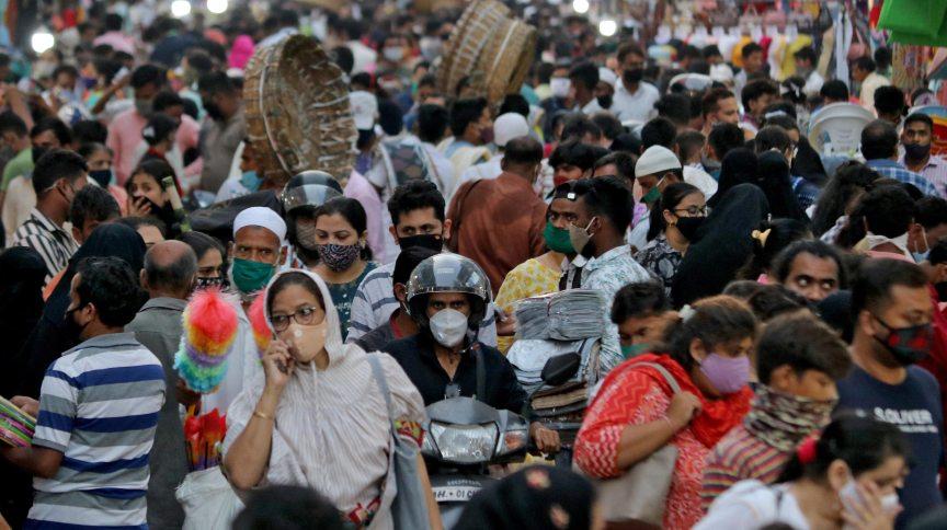 Mercado lotado em Mumbai, na Índia, durante pandemia de Covid-19