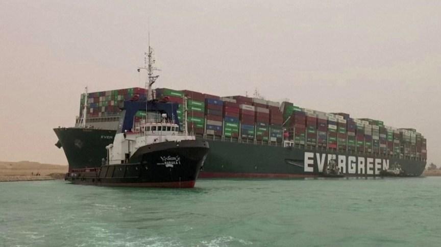 Ao menos 8 rebocadores trabalham para tentar mover o Ever Given, um dos maiores navios porta-contêineres do mundo, depois que ele encalhou no Canal de Suez