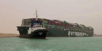 O gigante navio Ever Given está ancorado em um lago entre dois trechos do canal desde que foi removido do canal em 29 de março