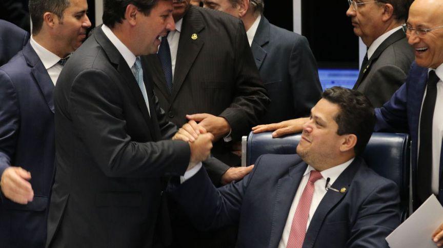 Presidente do Senado Davi Alcolumbre cumprimenta o ministro da Saúde, Luiz Henrique Mandetta (27.nov.2019)