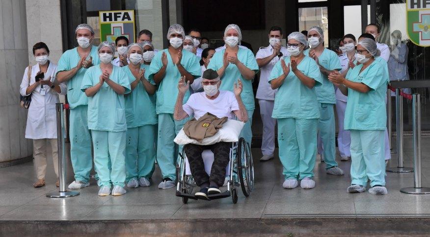 O ex-combatente da FEB Ernando Piveta recebe alta após se recuperar da COVID-19