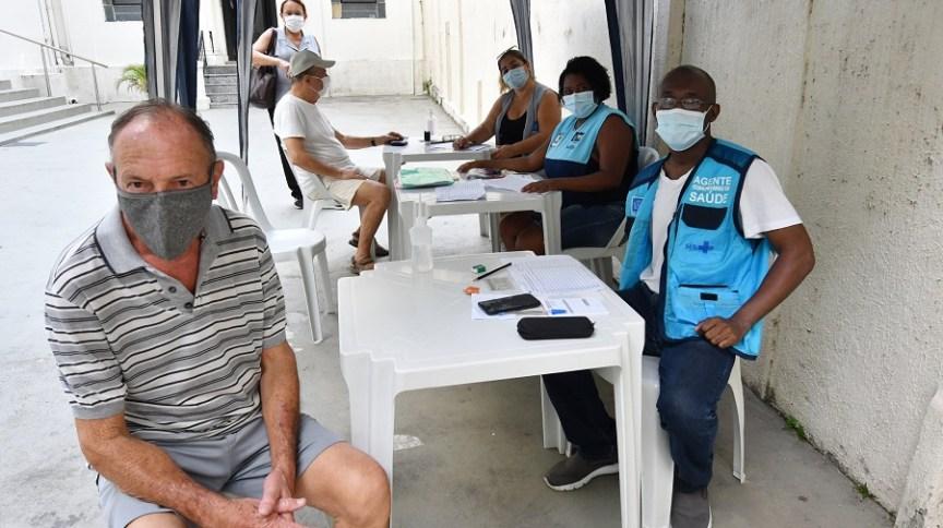 Idosos se preparam para a vacinação no Rio de Janeiro