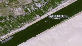 A embarcação de 400 metros de comprimento ficou presa em diagonal no canal durante ventos fortes na manhã de terça-feira (23)