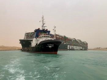 A operação prevê a retirada de alguns contêineres dos 18 mil presentes no Ever Given; bilhões de dólares em cargas estão acumuladas nas centenas de embarcações