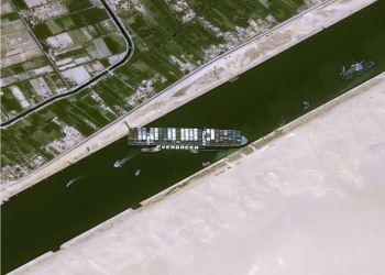 Equipes já retiraram 9 mil toneladas de água do cargueiro Ever Given e removeram 20 mil metros cúbicos de areia para abrir passagem no canal