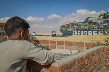 Embarcação encalhada não afetou apenas navios e tripulações; consequências são sentidas por todos que vivem do canal, de capitães a vendedores de souvenires