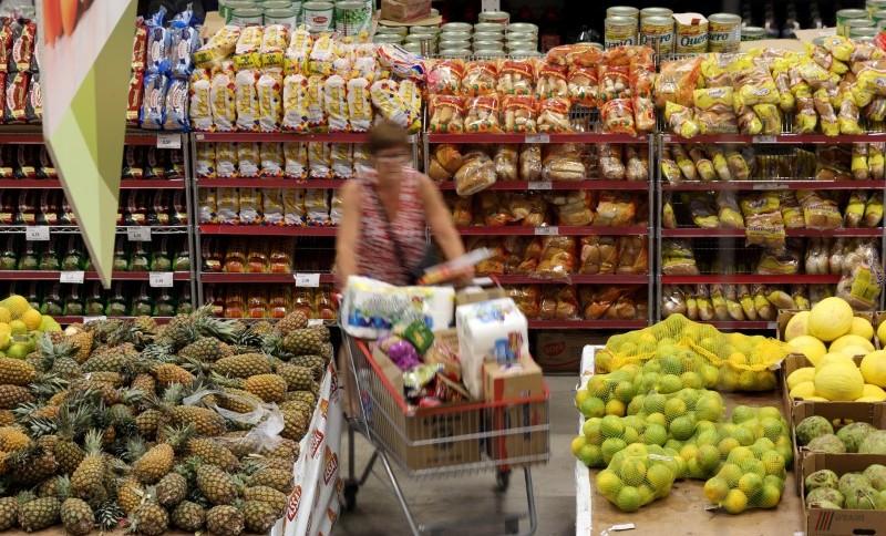 Mulher faz compras em um supermercado de São Paulo (11.JAN.2017): inflação muito baixa reflete também um crescimento baixo com demanda reprimida