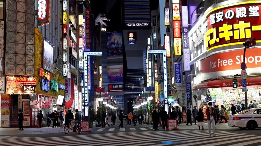 Apesar de mais vazias após medidas do governo contra coronavírus, ruas de Tóquio continuam bastante movimentadas