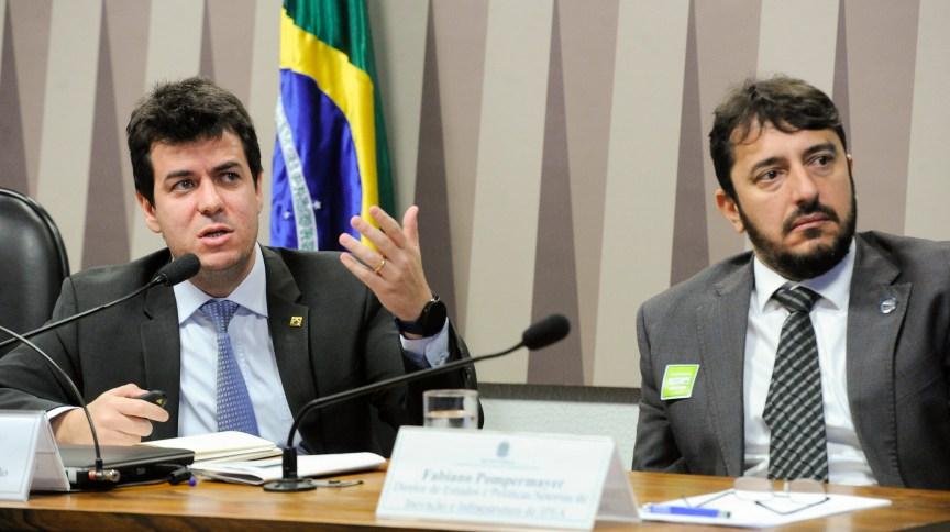 À direita, Rodrigo Otávio Moreira da Cruz durante fala na Comissão de Serviços de Infraestrutura (CI)