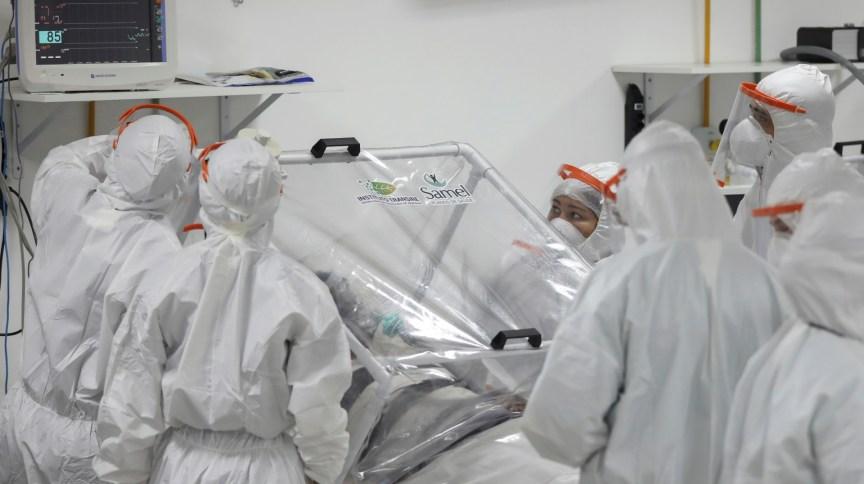 Profissionais de saúde atendem paciente em hospital de campanha em Manaus