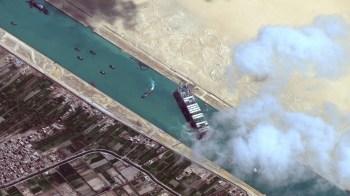 No total, a programação previa que 85 navios passassem pelo canal no sábado, incluindo 24 que chegaram após a saída do Ever Given, disse a Autoridade