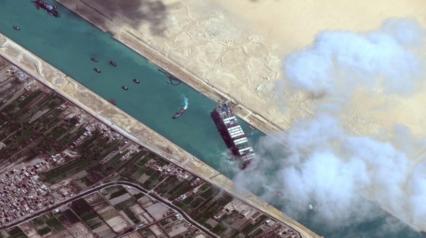 O navio cargueiro Ever Given, que fechou a passagem do Canal de Suez