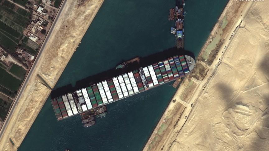 Navio cargueiro Ever Given travou completamente a passagem pelo Canal de Suez