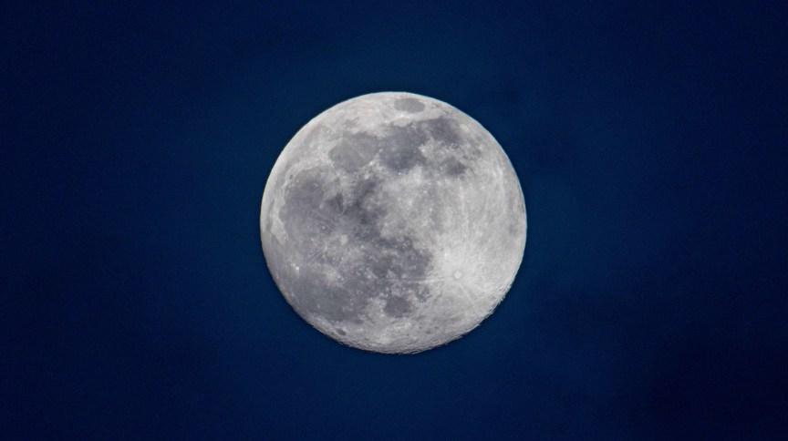 A lua cheia que ajudou a desencalhar o navio cargueiro do Canal de Suez vista da Holanda