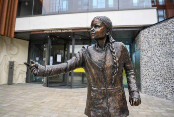 Estudantes afirmam que admiram a ativista, mas acreditam que o dinheiro gasto na estátua poderia ter sido investido no auxílio a alunos