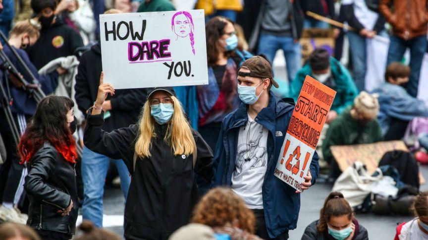 Manifestante carrega cartaz com imagem de Greta Thunberg em protesto pelo clima, em Berlim, Alemanha