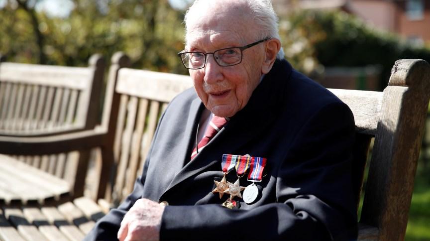Capitão aposentado do Exército, Tom Moore arrecadou milhões de libras para serviço de saúde britânico com caminhada pelo jardim. Ele completa 100 anos nesta sexta-feira (30)