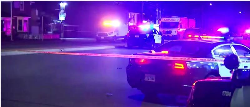 Carros de polícia em frente ao complexo comercial em que ocorreu o tiroteio, em Orange, na Califórnia