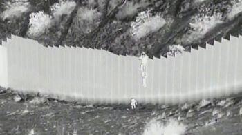 Crianças, de 3 e 5 anos, foram atiradas por cima de divisória de 4 metros de altura; autoridades americanas fizeram o resgate