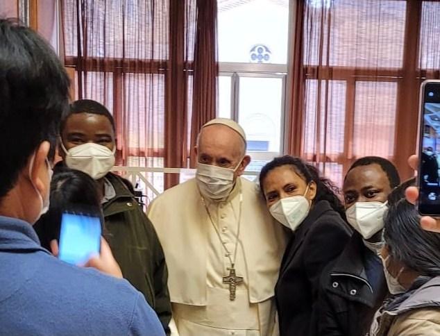 Papa Francisco posa para foto com sem-tetos em centro de vacinação contra a Covid-19 em Roma