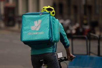 Deliveroo experimentou uma estreia muito abaixo do esperado na bolsa, em certa medida devido às novas exigências trabalhistas impostas às empresas de tecnologia