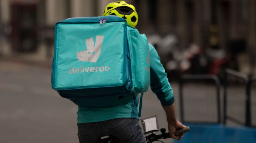 Entregador da empresa Deliveroo em Londres, na Inglaterra