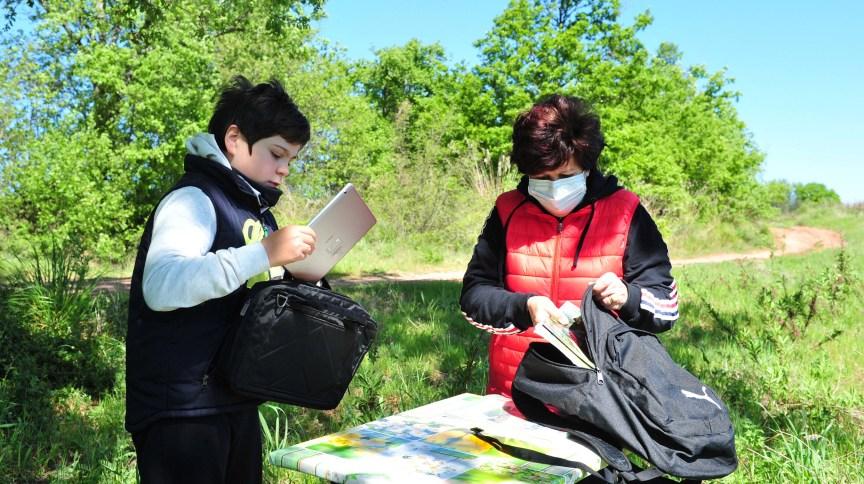 Giulio Giovanni, de 12 anos, e sua mãe Gloria preparam o local de estudo em Scansano, na Itália