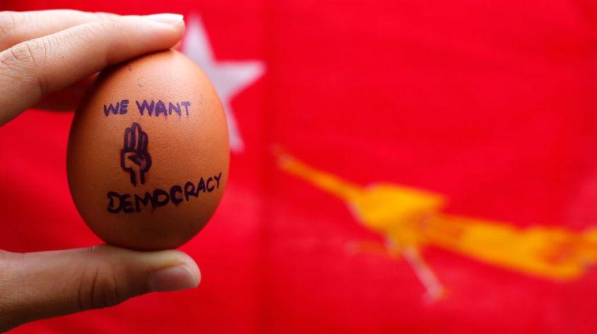 Manifestantes destribuíram ovos com mensagens de protesto na Páscoa em Mianmar