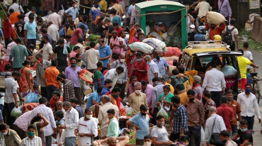Mercado lotado em Mumbai, na Índia; país superou a marca dos 100 mil casos diários de Covid-19
