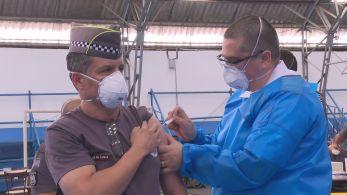 Governo paulista planeja imunizar 180 mil agentes de segurança em 76 pontos distribuídos no estado; vacinação também começou no restante do país