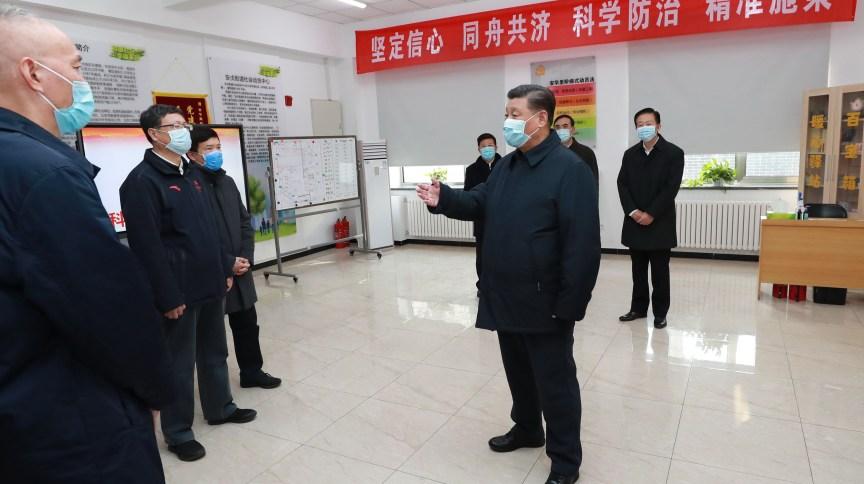 O presidente da China, Xi Jinping, inspeciona hospital para pacientes com o novo coronavírus em Pequim (Foto: Pang Xinglei – 10.fev.2020/Xinhua/Getty Images)