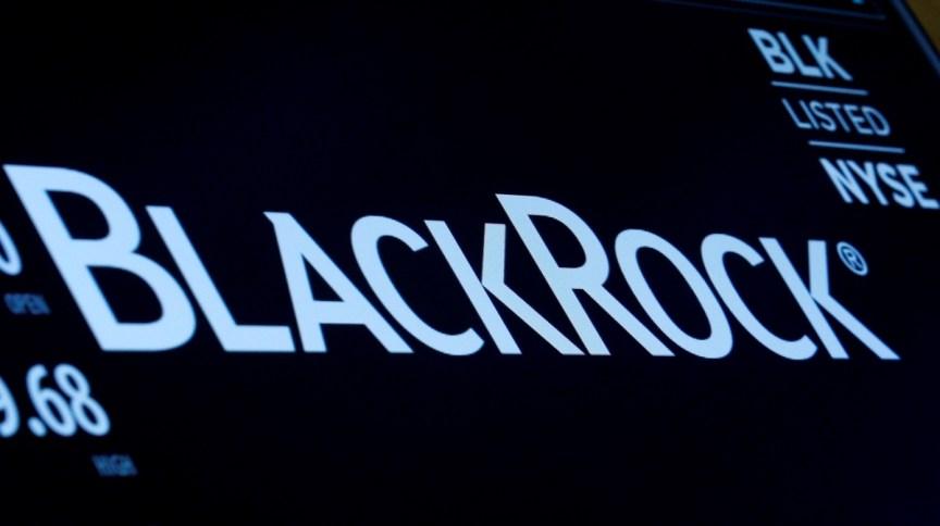 Logo da BlackRock em painel na bolsa de valores de Nova York (30.mar.2017)
