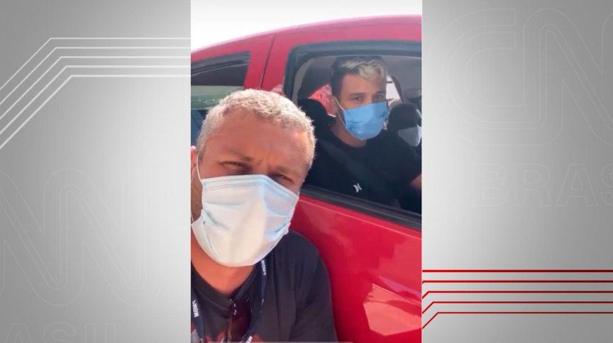 O prefeito de Barra Mansa (na frente), Rodrigo Drable, e Pedro Braz, no drive-thru de vacinação da cidade