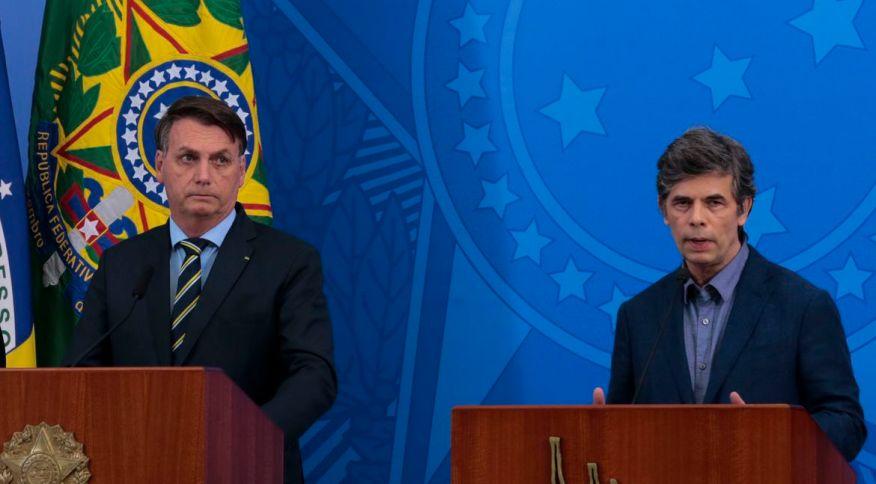O presidente Jair Bolsonaro ao lado do novo ministro da Saúde, Nelson Teich
