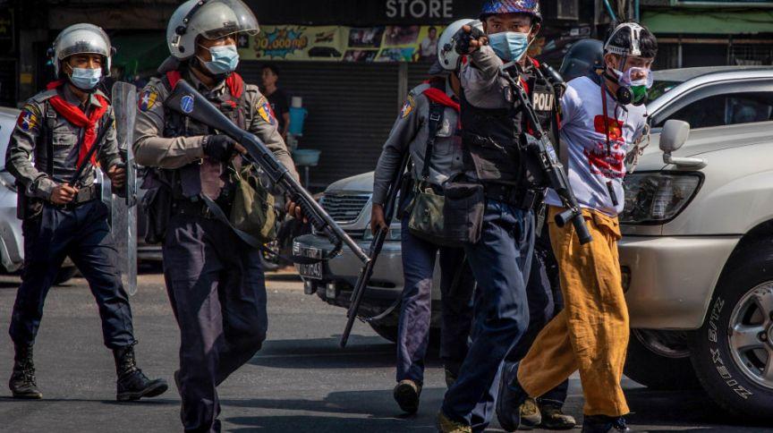 Manifestante é preso pela polícia anti-motim de Mianmar