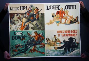 O pôster Advance British Quad tem quatro painéis que retratam o agente 007, então interpretado pelo ator Sean Connery, combatendo vilões ou cercado de mulheres
