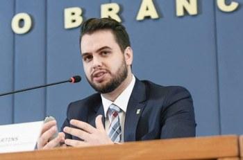 Filipe Martins foi acusado de fazer um gesto associado a supremacistas brancos durante uma live