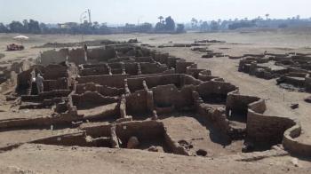Cidade faraônica de grandes proporções permaneceu escondida por séculos; para especialista, achado se compara ao vasto sítio arqueológico no sul da Itália