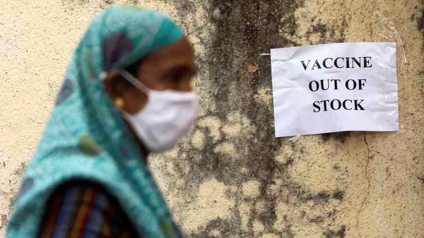 Cartaz informa sobre falta de vacinas contra Covid-19 em centro de vacinação em Mumbai, na Índia