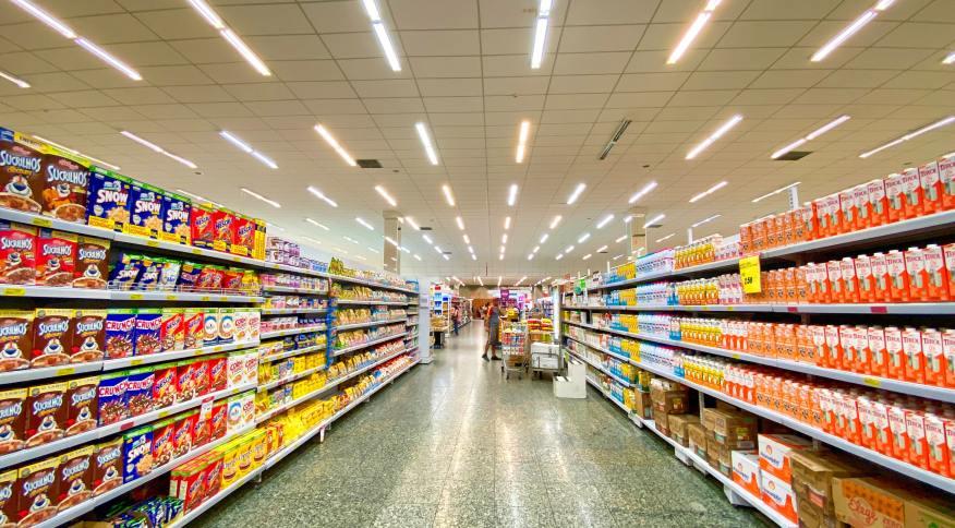 Corredor com prateleiras abastecidas em supermercado