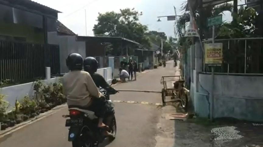 Pessoas vão às ruas no momento do terremoto em Java, na Indonésia