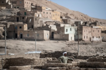 De acordo com arqueólogos, a cidade foi construída durante o reinado de Amenhotep III, um dos mais poderosos faraós do Egito, há mais de 3.400 anos